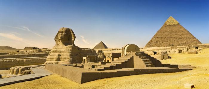 Sphinx von Gizeh mit Cheops Pyramide in Ägypten
