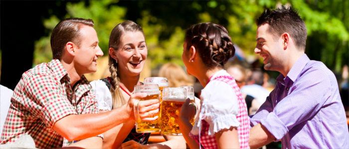 Den Abend ausklingen lassen bei einem Bier in Deutschland