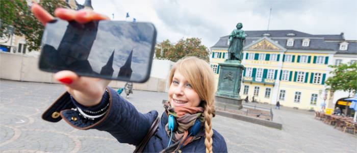 Tourist mit Beethovenstatue in Bonn