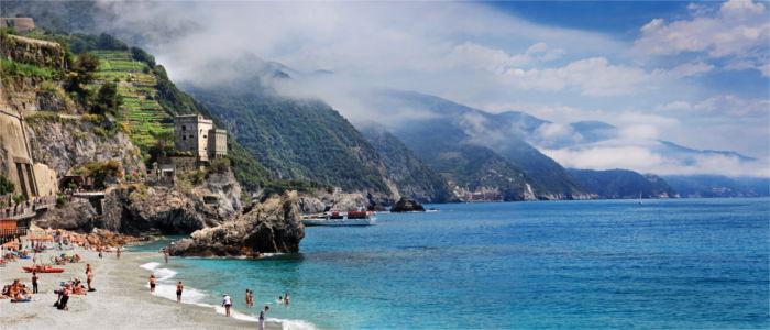 Strand am Meer von Monterosso in Italien