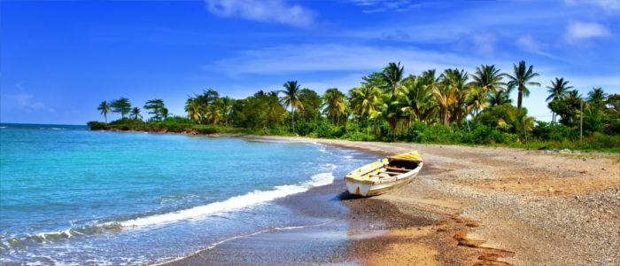 Boot am Strand von Jamaika