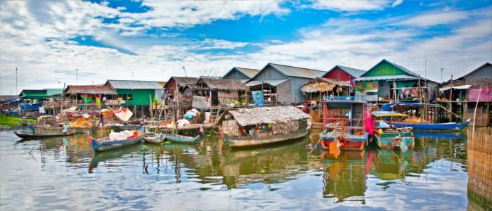 Dorf in Kambodscha im Wasser