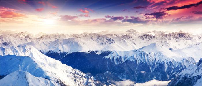 Die Berggipfel der Alpen bei Sonnenschein