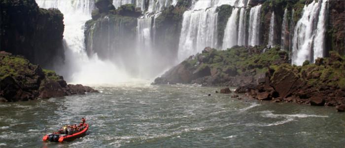 Mit dem Boot zum Wasserfall fahren