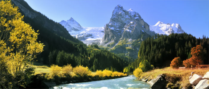 Fluss in den schweizer Alpen