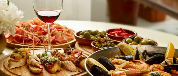 Essen in Spanien mit Tapas und Paella