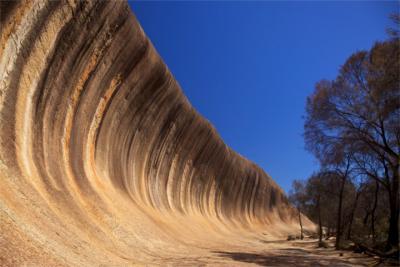 Wellenartiger Felsen im Golden Outback