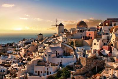Santorini mit typischer Windmühle der Kykladen