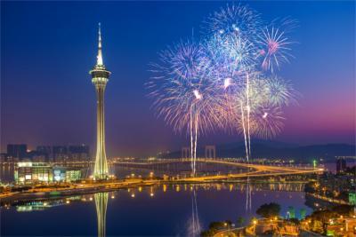Macao bei Nacht mit Feuerwerk