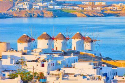 Die typischen Windmühlen auf Mykonos