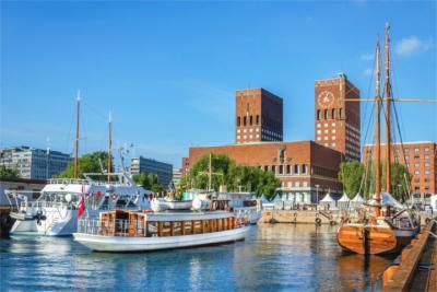 Hafen und Rathaus in Oslo