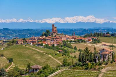 Landschaft mit Dorf in Piemont