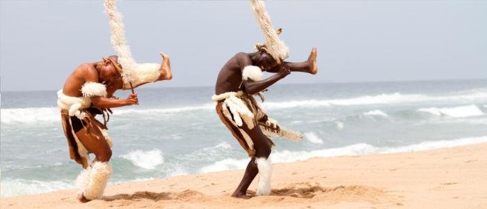 Zulu Tänzer am Strand von Südafrika