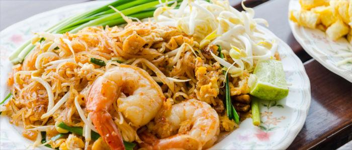 Thailändisches Essen mit Nudeln und Schrimps